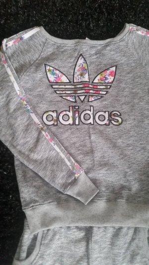 Ein schöner Adidas Joggings Anzug