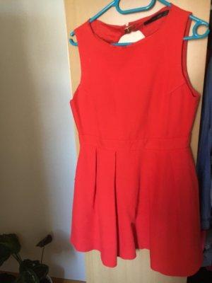 Ein schönes rotes Kleid von Zara
