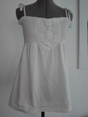 Ein schönes Spagetti Träger Top,in weiß Farbe,mit gestrickte Muster am Brust