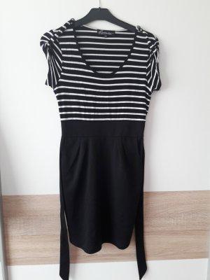Ein schwarz-weiß gestreiftes Kleid