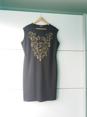 Ein schwarze Abendkleid mit goldene details.
