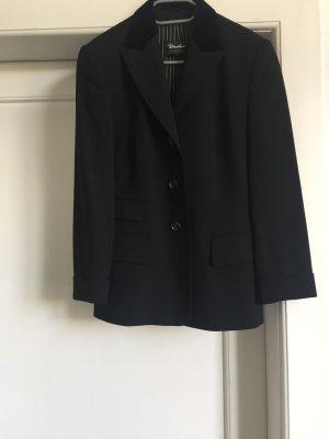 Ein  schwarzer Blazer von WINDSOR