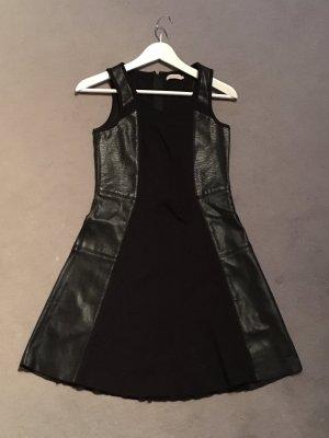 Ein schwarzes Kleid von Calvin Klein in einem guten Zustand