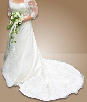 Ein Traum von Brautkleid aus elfenbeinfarbigem Satin mit Stickereien, Perlen und Strass