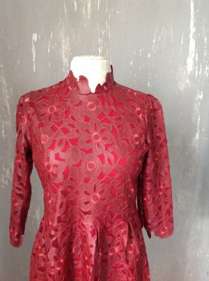 Ein wunderschönes Kleid, rot