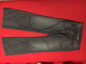 Eine blaue Jeans mit Schlag