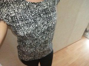 Eine Bluse in schwarz/weiß Muster