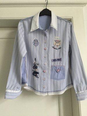 Eine Bluse mit Applikationen von BIBA