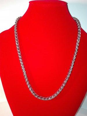 Eine Dicke Halskette,in  Metall-Silber Optik