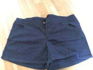 Eine dunkel blau kurze Hose