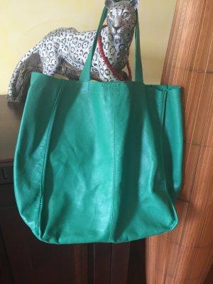 Eine grüne Tasche von Zara. Schopper