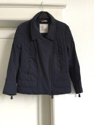 Eine Jacke von Moncler