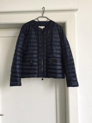 Eine Jacke von Moncler in dunkelblau
