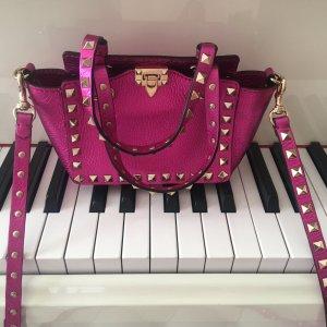 Eine kleine extravagante Leder-Tasche von Valentino