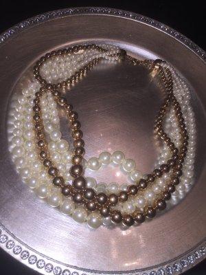 eine kurze Perlenkette mit golde Aspekte