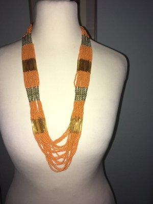 Eine lange orangefarbene Halskette