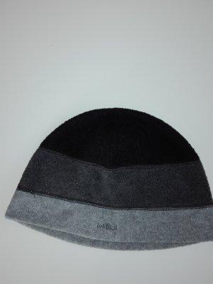 Eine leichte flauschige Mütze in grau- schwarz Farbe.
