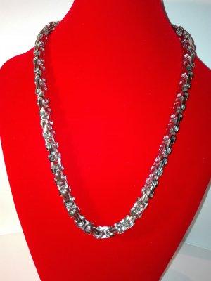 Eine moderne dicke Halskette,in Metall-Silber Optik