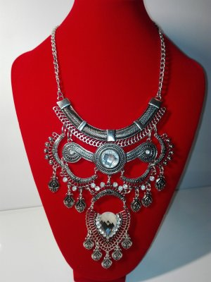 Eine moderne, Stilvoller,orientalische Halskette,in Metall-Silber Optik