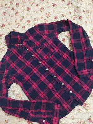 Eine pink dunkelblau karierte Bluse von Hollister