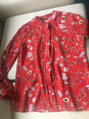 Eine rote Bluse von WAREHAUSE