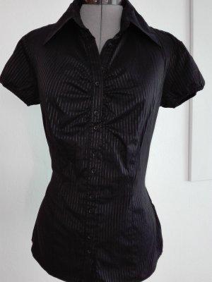 Eine schöne gestreifte klassische Bluse in schwarze Farbe aus Polyester Mischung
