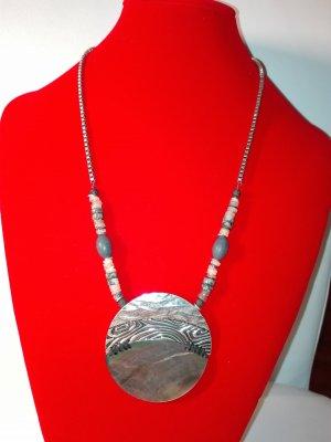 Eine schöne,still voller,moderne Halskette,on Metall Optik,in Silber Farbe.