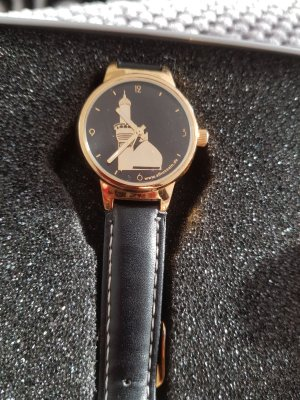 Reloj con pulsera de cuero negro