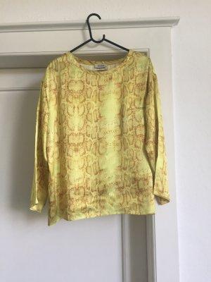 Eine Shirt in glänzendem Material von STEFFEN SCHRAUT