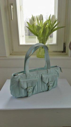 Eine Sommertasche aus echtem Leder von Zara