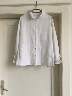 Eine weiße Jacke von BEN BENSER