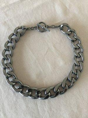 Eine wunderschöne grau- schwarze Halskette, noch nie getragen, ca 2cm breit!!!!