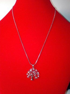Eine wunderschöne Halskette,in Metall-Silber Optik,mit lebensbaum Anhänger.