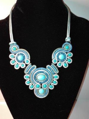 Eine wunderschöne Halskette,in Silber Optik, mit deko-steinen/Perlen verziert,