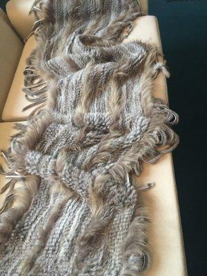 Einen Schal mit Fransen aus Fell von Onstage Denmark
