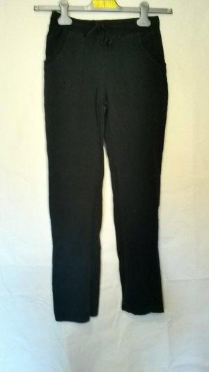 Einfache schwarze Sporthose mit Taschen