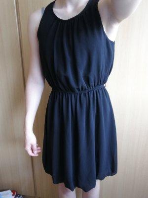 einfaches schwarzes Kleid
