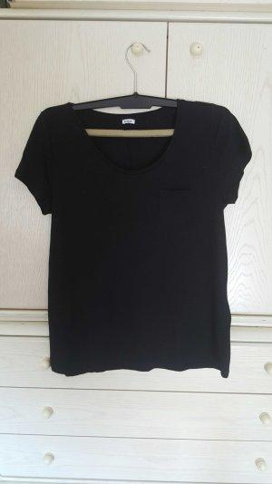 Einfaches schwarzes T-shirt mit Brusttasche
