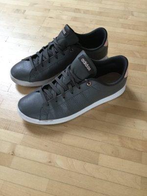 Einmalig getragene Adidas-Sneaker, 37,5