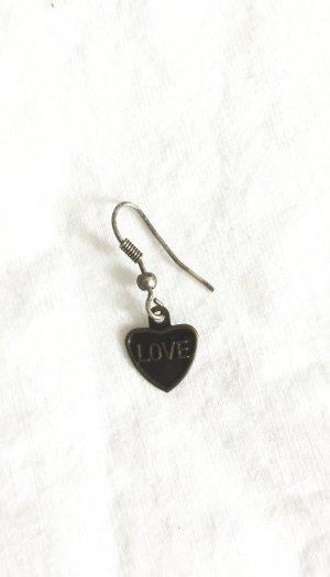 Einzelner Ohrring in Herzform mit Love Schriftzug
