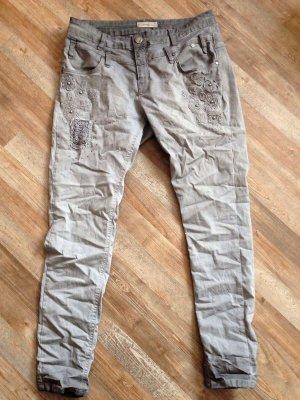 Einzigartige Tredy  Use Look Skinny Jeans Stickerei Nieten grau  Gr 44