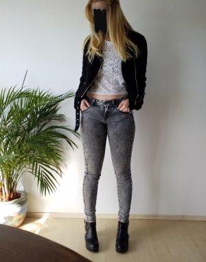elastische graue Jeans mit Waschung