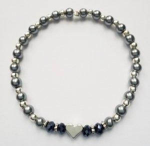elastisches Armband mit grauen, silberfarbenen und dunkelblauen Perlen sowie silberfarbenem Herz
