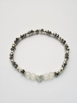 Elastisches Armband mit grauen, silberfarbenen und weißen transparenten  Perlen sowie Herz
