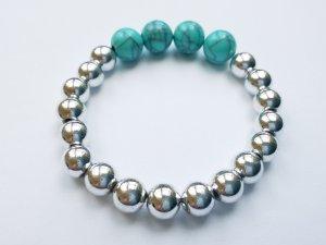 elastisches Armband mit silberfarbenen und türkisfarbenen Perlen