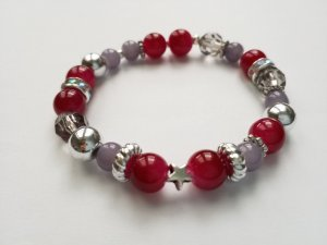 elastisches Armband mit weinroten, grauen und silberfarbenen Perlen sowie kleinem Stern