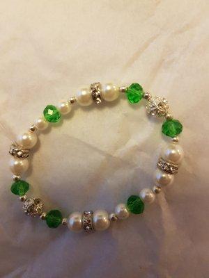 Elastisches Perlen-Armband mit grünen Steinchen und Silber-Details (selbstgemacht)