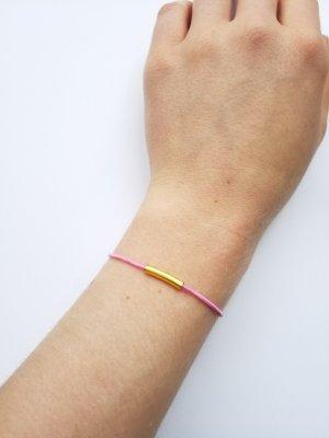elastisches rosafarbenes Armband mit goldfarbenem Element