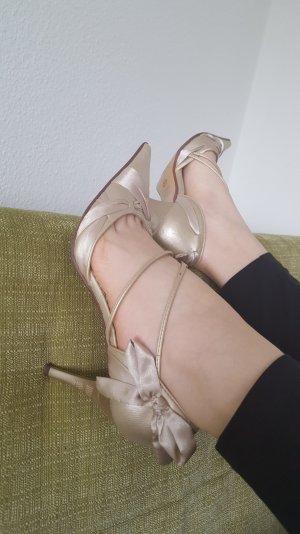 Elegante goldene Schuhe