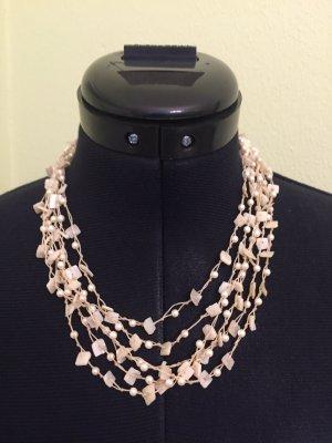 Elegante Kette mit Perlen und Knöpfen